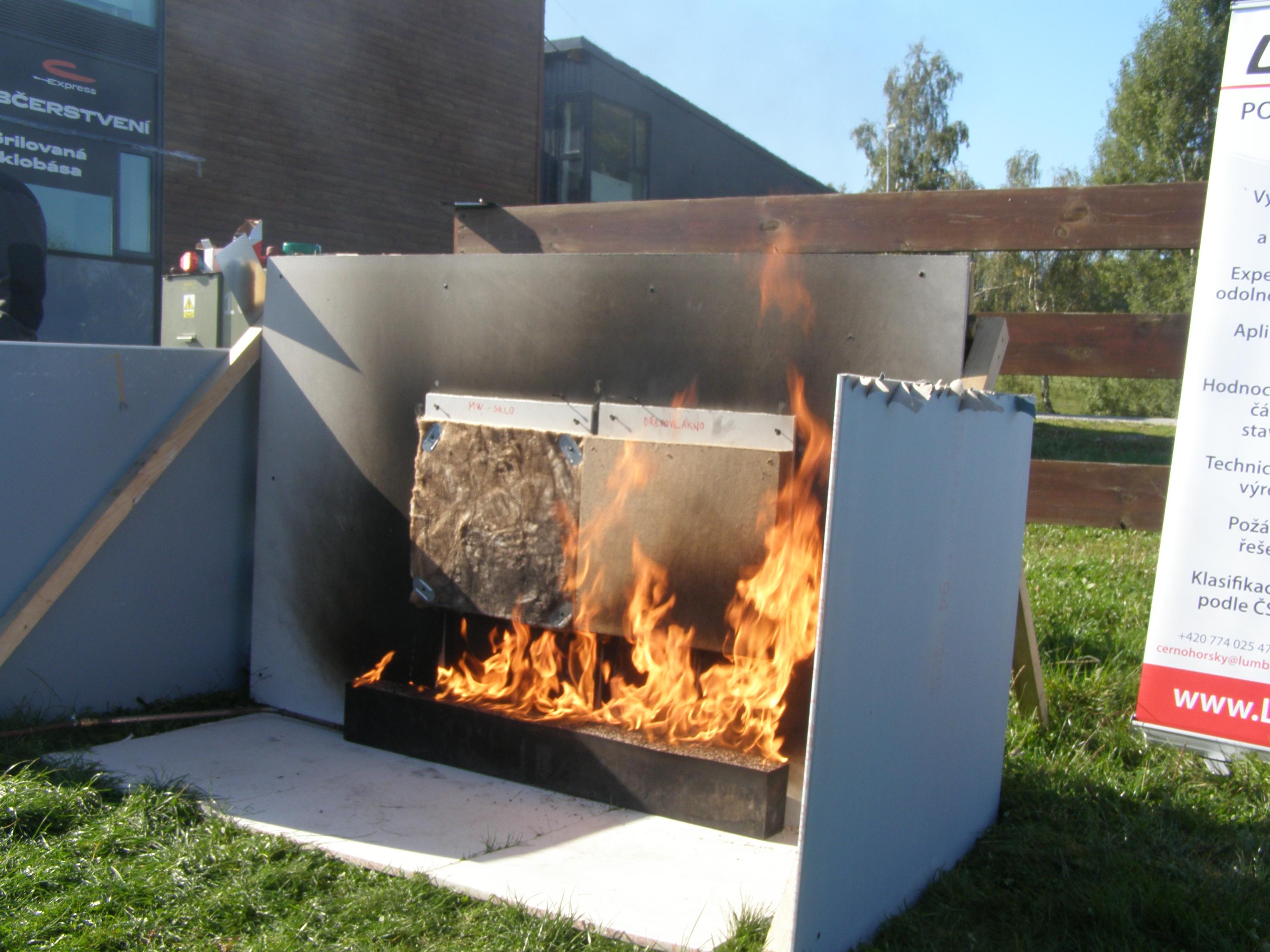 Ukázky hoření materiálů - minerální vata a dřevovlákno