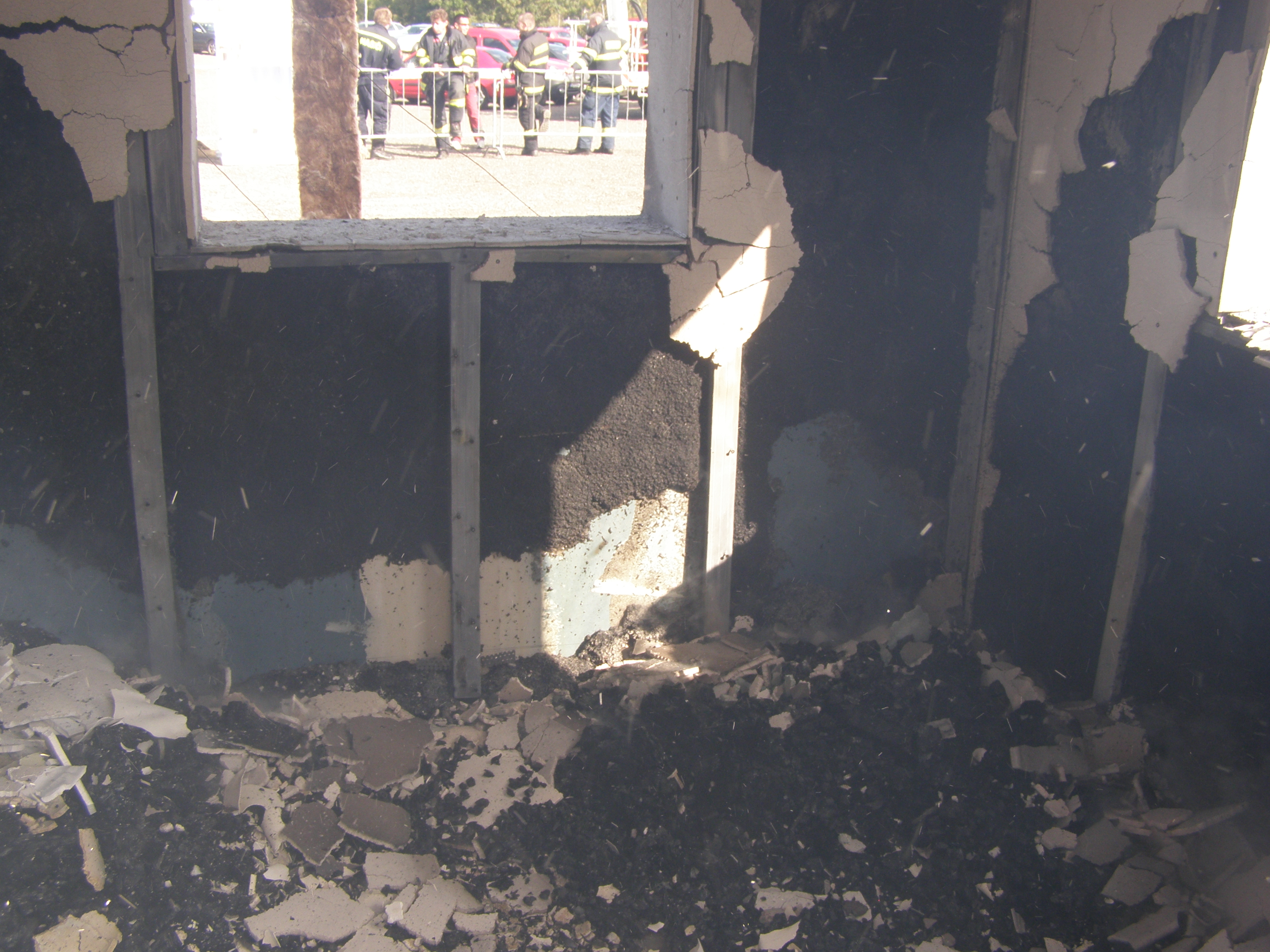 Ukázka interiéru dřevostavby bezprostředně po uhašení požáru.