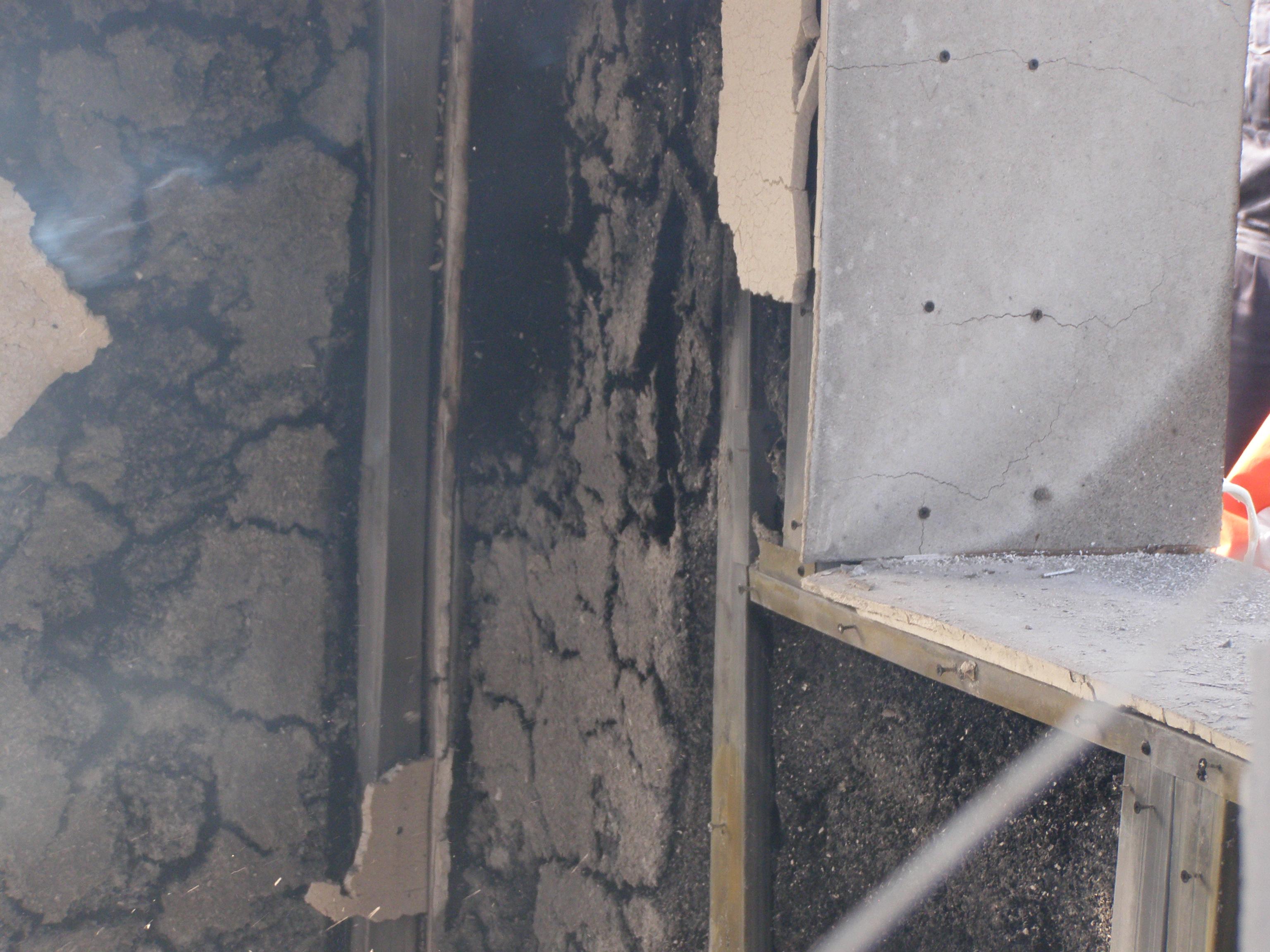 Ukázka celulózy Climacell® po 45 minutovém požáru. Na záběru lze jasně vidět celulózu Climacell®, která je vyrobena zpapíru a nehoří!