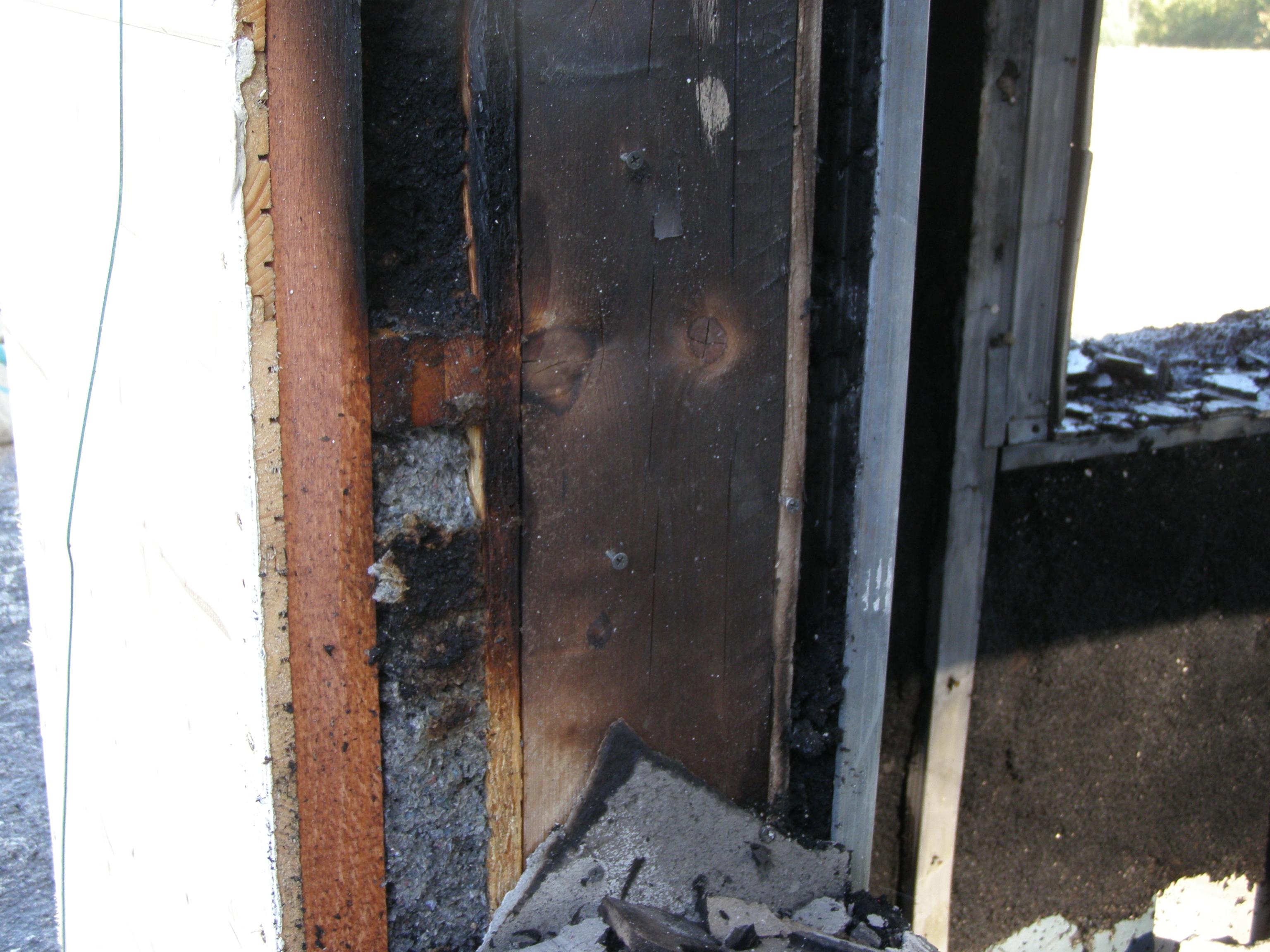 Ukázka celulózy Climacell® po 45 minutovém požáru. Na záběru můžete vidět, že celulóza začne pouze doutnat na povrchu, ale jinač zůstane zcela neporušená.